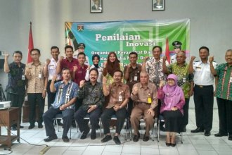 Foto bersama dewan juri dan peserta Lomba Krenova di Balitbang Kota Magelang