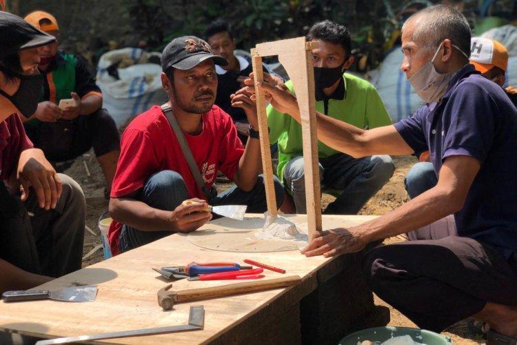 Pelatihan Pembuatan Batu Pracetak dalam Kegiatan Peningkatan SDM di DLH Kota Magelang
